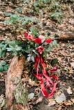 Beau bouquet de mariage de différentes fleurs se trouvant sur un identifiez-vous le parc Mariage d'automne Images stock