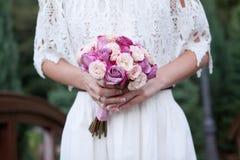 Beau bouquet de mariage pour la jeune mariée image libre de droits