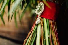 Beau bouquet de mariage près de l'arbre Photographie stock libre de droits