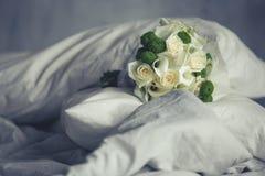 Beau bouquet de mariage se trouvant sur des coussins sur le lit Image stock
