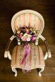Beau bouquet de mariage sur une chaise de vintage Photos libres de droits