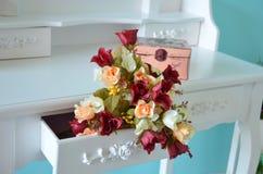 Beau bouquet de marsala, de pêche et de roses blanches Photographie stock libre de droits