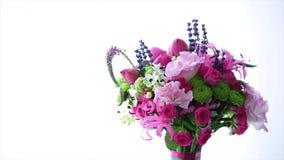 Beau bouquet de ressort des fleurs roses et blanches banque de vidéos