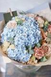 Beau bouquet de source Composition florale avec l'hortensia Couleur bleu-clair Le concept d'un fleuriste, un petit Image stock