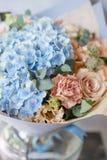 Beau bouquet de source Composition florale avec l'hortensia Couleur bleu-clair Le concept d'un fleuriste, un petit Photographie stock libre de droits