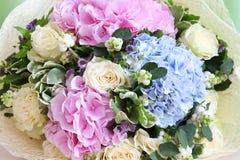 Beau bouquet des fleurs avec des roses et des hortensias Photo libre de droits