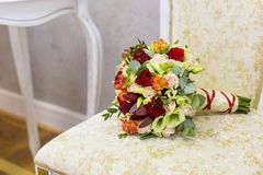 Beau bouquet des fleurs colorées et des roses vertes se trouvant sur un plan rapproché de chaise Photos stock