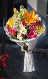 Beau bouquet des fleurs de divers types images stock