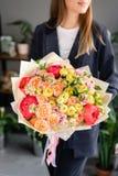Beau bouquet des fleurs m?lang?es chez la main de la femme Concept floral de boutique Beau bouquet coup? frais Fleurit la livrais photo stock