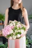 Beau bouquet des fleurs m?lang?es chez la main de la femme Concept floral de boutique Bouquet frais beau Fleurit la livraison images stock