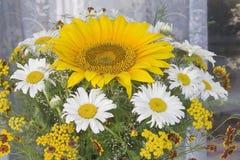 Beau bouquet des fleurs pendant des vacances Images stock