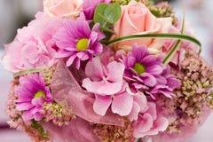 Beau bouquet des fleurs roses photo stock