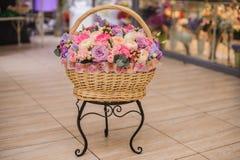 Beau bouquet des fleurs roses et pourpres dans le panier Photos libres de droits