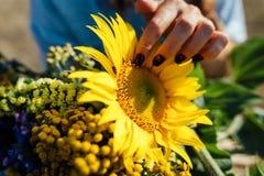 Beau bouquet des fleurs sauvages avec le tournesol Images stock
