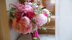 Beau bouquet des fleurs sur le filon-couche de fenêtre Le beau bouquet des fleurs roses et blanches sont sur le rebord de fenêtre Photo stock