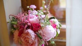 Beau bouquet des fleurs sur le filon-couche de fenêtre Le beau bouquet des fleurs roses et blanches sont sur le rebord de fenêtre Image libre de droits