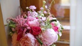 Beau bouquet des fleurs sur le filon-couche de fenêtre Le beau bouquet des fleurs roses et blanches sont sur le rebord de fenêtre Photos stock