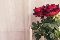 Beau bouquet des fleurs sur le fond de l'intérieur photographie stock libre de droits