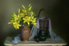 Beau bouquet des lis sur un fond brun photographie stock libre de droits