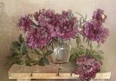 Beau bouquet des pivoines roses dans un vase avec de l'eau sur une table sur un fond blanc par le verre humide images stock