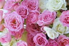Beau bouquet des roses blanches et roses Photographie stock libre de droits