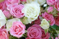 Beau bouquet des roses blanches et roses Photographie stock