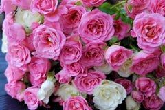 Beau bouquet des roses blanches et roses Photos stock