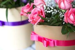 Beau bouquet des roses dans un boîte-cadeau Bouquet des roses roses Roses roses en gros plan Photo libre de droits
