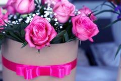 Beau bouquet des roses dans un boîte-cadeau Bouquet des roses roses Roses roses en gros plan Photographie stock libre de droits
