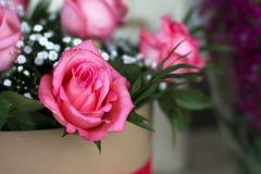 Beau bouquet des roses dans un boîte-cadeau Bouquet des roses roses Roses roses en gros plan Photographie stock
