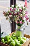 Beau bouquet des roses dans un seau décoratif Images stock