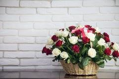 Beau bouquet des roses et d'un panier en bois Photos stock