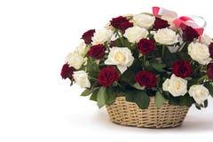 Beau bouquet des roses et d'un panier en bois Photos libres de droits