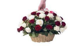 Beau bouquet des roses et d'un panier en bois Images libres de droits