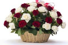 Beau bouquet des roses et d'un panier en bois Images stock