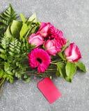 Beau bouquet des roses et des gerberas roses Photographie stock libre de droits