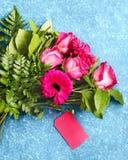 Beau bouquet des roses et des gerberas roses Image stock