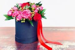 Beau bouquet des roses roses et du ruban rouge dans un concept de l Photographie stock libre de droits