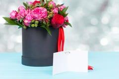 Beau bouquet des roses roses et rouges avec une étiquette vide de cadeau avec Image libre de droits