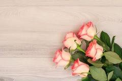 Beau bouquet des roses roses sur les bureaux en bois photographie stock libre de droits