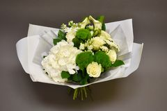 Beau bouquet en gros plan des fleurs colorées sur le fond gris photographie stock