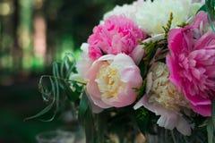 beau bouquet lumineux de pivoine sur le mariage photo stock image du normal c r monie 35902062. Black Bedroom Furniture Sets. Home Design Ideas