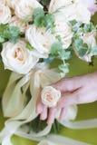 Beau bouquet moderne de mariage des roses et de la main Images libres de droits