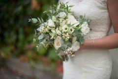 Beau bouquet moderne nuptiale dans les mains de la jeune mariée Image stock