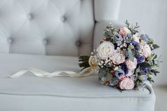 Beau bouquet nuptiale lumineux avec les roses et le ruban photo stock