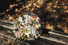Beau bouquet nuptiale se trouvant sur un banc photos stock