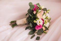 Beau bouquet nuptiale sur le fond rose de tissu Photo stock