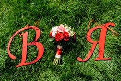 Beau bouquet nuptiale sur une herbe verte Images libres de droits
