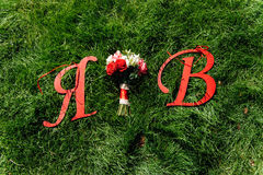 Beau bouquet nuptiale sur une herbe verte Image libre de droits
