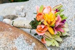 Beau bouquet pour la jeune mariée le jour du mariage Images stock